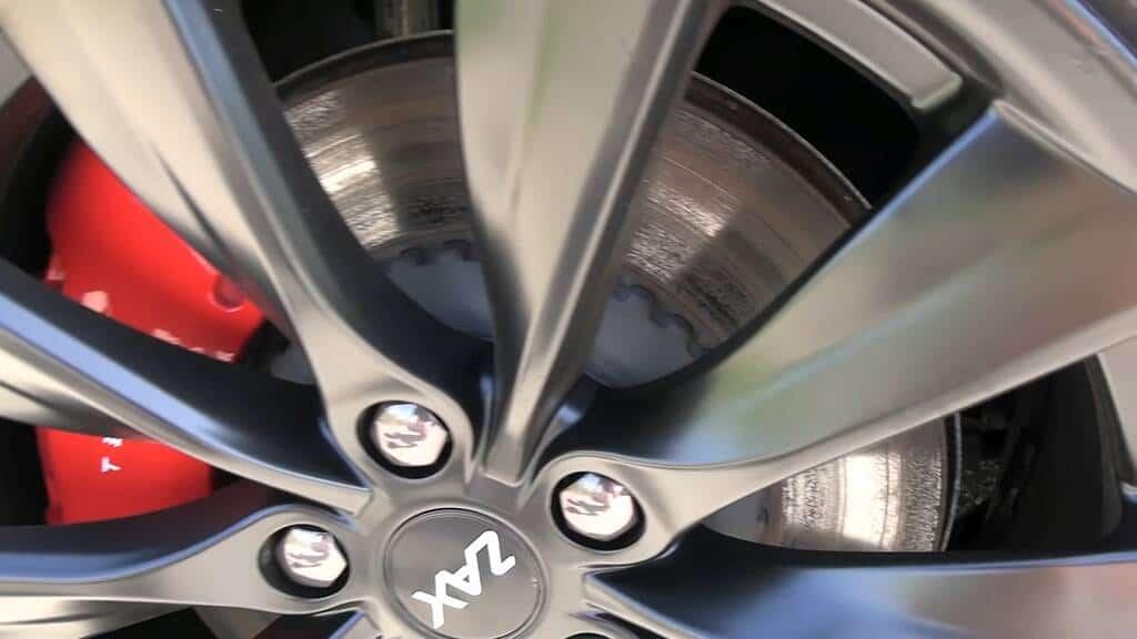 Verrostete Bremsscheibe am Tesla Model 3 (Björn Nyland)