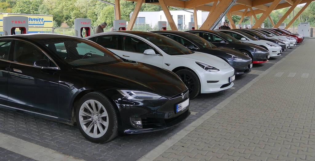 Teslas am Supercharger in Hilden