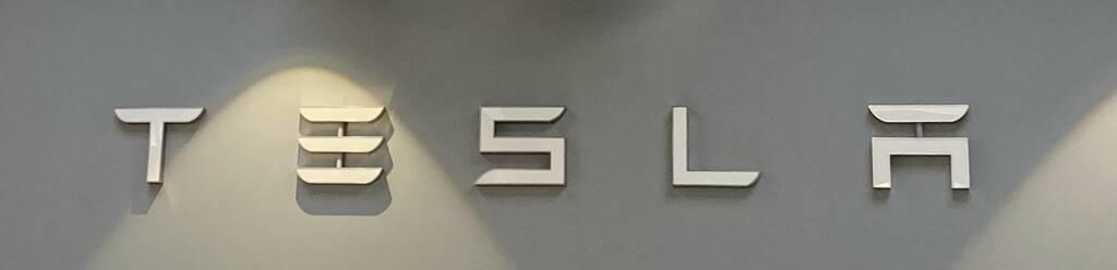 Tesla Logo - Bitcoin-Mining auf Tesla-Autos