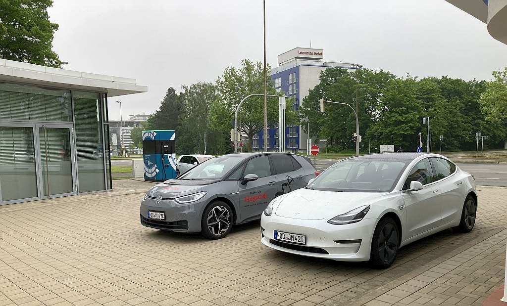 VW ID.3 und Tesla Model 3 an der E-Tankstelle in Wolfsburg
