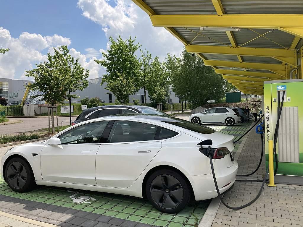 Tesla Model 3 im HEOS-Ladepark Chemitz