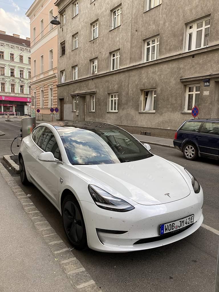 Tesla Model 3 in Wien an einer Wien-Energie-Ladesäule